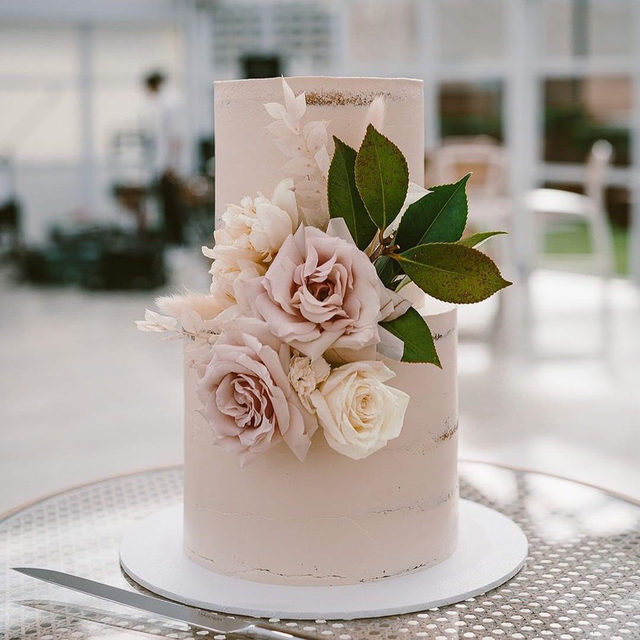 We've got big love for this small wedding cake. 🌸 Head to the #linkinbio for 19 other cakes that will have you ditching your big dessert for something a little more intimate! // #regram: @bellethemagazine 🎂: @jycakedesigns