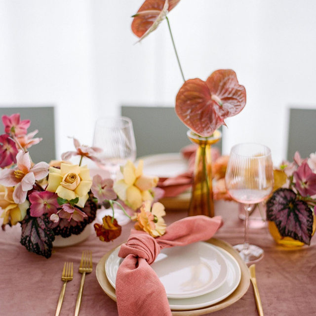 Loving everything about this 🌸🌼💕🍇 Color and texture heaven! From @auburnandivorycreative and @lodenfloral with our #velvetlinen in Blush and #tuscanylinen napkins in Sienna 📷 @jennagreenawalt  #latavolalinen #transformyourtable #colorstory #colorpalette #modernbride #pink #prettyinpink #blushandyellow #anthurium #thinkpink #toledo #ohio