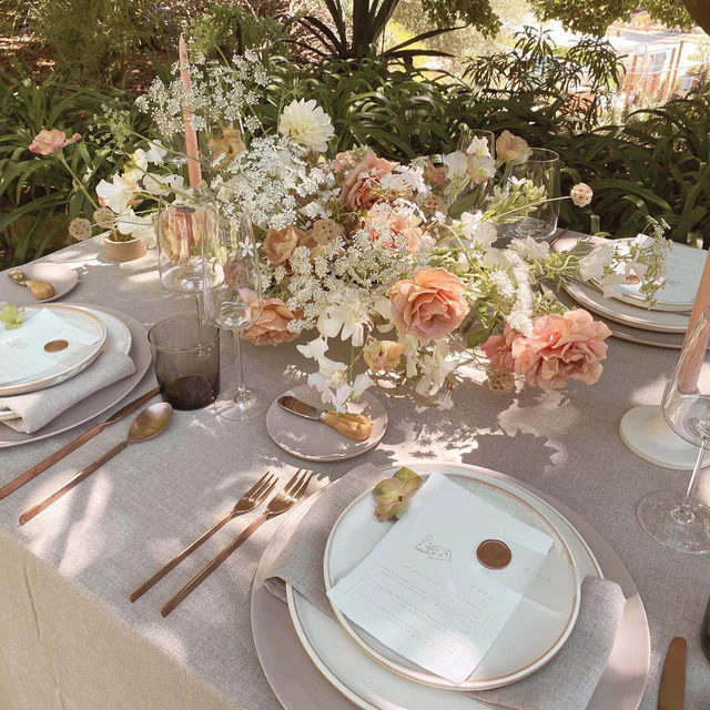 Just the mostly lovely, soft colors with our #tuscanylinen in Natural from @creativelightdesign 💕💕💕  #latavolalinen #transformyourtable #linen #naturallinen #linenlife #softcolors #nuetralcolors #weddingtable #weddingdecor #weddingdesign #santabarbara #santabarbarawedding #bettertogetherbbjlt #bbjlt