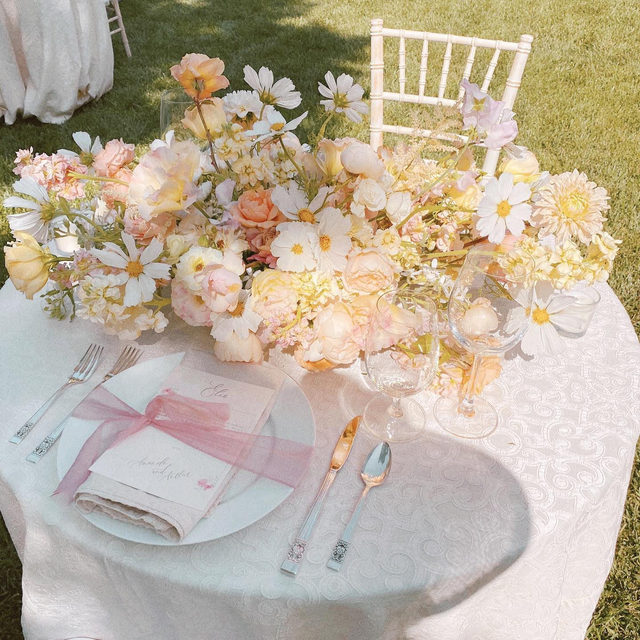 We just can't help ourselves... 😍😍😍 From @creativelightdesign and @starhansenevents with our #sutherlandlinen in Ivory 📷 via @creativelightdesign  #latavolalinen #transformyourtable #softcolors #pastelcolors #barleytherecolors #pacificpalisades #pacificpalisadeswedding #soloverly #dreamwedding #weddinginspo #barelypink #microwedding #bettertogetherbbjlt #bbjlt