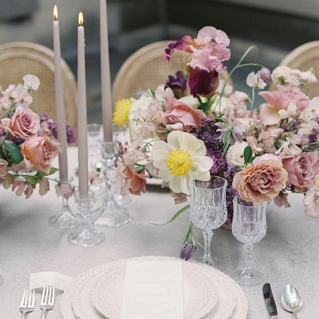 Dreamy #tabletop from @wildpollen and @eastmadeco with our #gwenythlinen in Silver 🕯️🌸🤍 Photography by @lauragordon  #latavolalinen #transformyourtable #microwedding #purpleandsilver #dovegrey #tablescape #washingtondc #dcwedding #gettingmarried #flowers #bettertogetherbbjlt #bbjlt