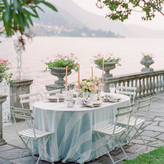 An intimate sunset dinner on Lake Como with our #vintagestripelinen in French Blue ✨ Just magical! Design @hillandcocreative Florals @rattiflora 📷 @julielivingstonphotography  #latavolalinen #transformyourtable #wheninitaly #lakecomo #stripes #frenchblue #dinnerparty #italy #latavola #thetable #tablescape #soloverly #somethingblue #blueandwhite #bettertogetherbbjlt #bbjlt