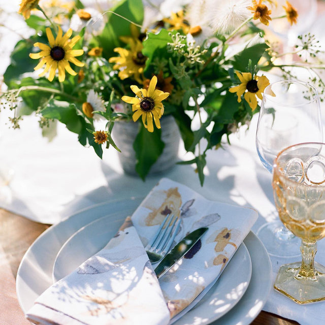 When the napkins match the flowers 💛🌼🌿@rydersloanevents and @flowercasitaevents making it look like our #haperlinen napkins in Yellow/Grey were basically made for this table - so lovely! 📷 @erinheartscourt   #latavolalinen #transformyourtable #mellowyellow #yellow #blackeyedsusan #napa #napavalley #napawedding #floralprint #linennapkin #farmtable #pressedflowers #farmtable #bettertogetherbbjlt #bbjlt
