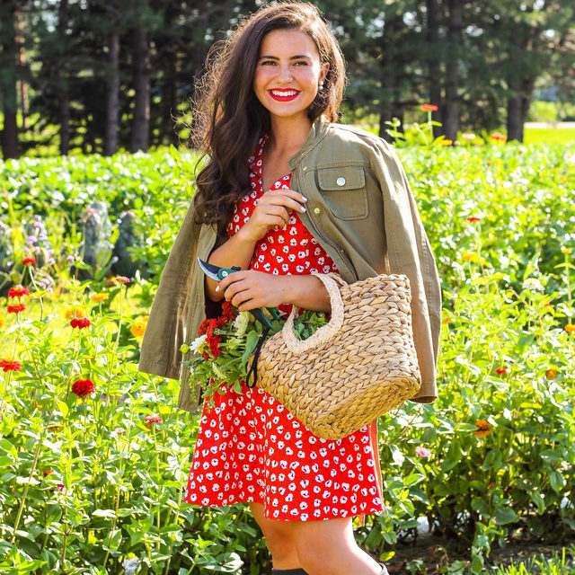 Red is one of our favorite fall colors — classic yet bold, it symbolizes energy and passion. Put a retro spin on our new poppy print by pairing it with a bright red lip 💋🌻