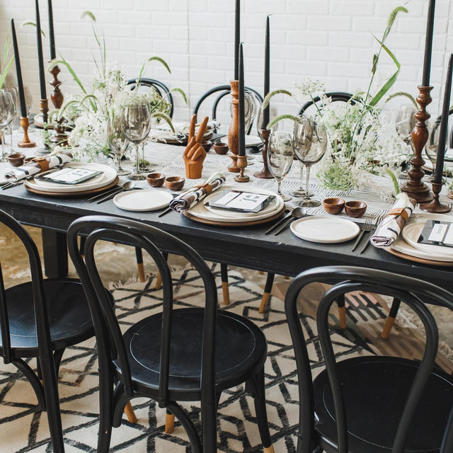 ✌️No big deal, just the coolest table with our #brushsquareslinen in Smoke and #tuckerlinen napkins in Ink from @gritandgraceinc and @kalebnormanjames for the @evokeworkshops 🖤🖤🖤🖤🖤Photo @arliquinnphotography   #latavolalinen #transformyourtable #tablerunner #blackandwhite #blackwhiteandgreen #blackandwood #tablescape #modern #midcenturymodern #dcwedding #evokeworkshops #washingtondc #bettertogetherbbjlt #bbjlt
