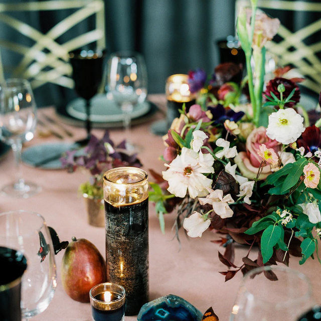 Just in love with these lovely, rich colors ✨🌑🦋With our #vlevetlinen in Blush from @bluebirdproductions and @premastyle 📷 @leilabrewster   #latavolalinen #transformyourtable #moodycolors #thinkpink #blushandblack #aspen #colorado #coloradowedding #rockymountainbride #weddingcolors #velvet #velvetwedding #velvettablecloth #bettertogetherbbjlt #bbjlt