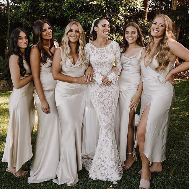 We get by with a little help from our friends. 🎀 Head to the #linkinbio for the 25 bridesmaid dresses we're loving right now! // 📸: @alicemahran 👰🏻: @snezanawood