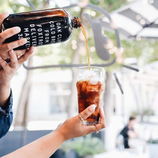 Raise your hand if you would have probably missed the glass. Truly a shoutout to all the waiters, baristas, and bartenders that have mastered the high pour—here's to you. 📸: @foodforthabooty