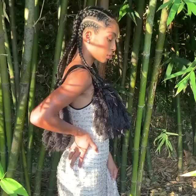 @yarashahidi's #Emmys look included an eye-catching optical illusion 👀 @fesa_n spills her hair styling secrets at the link in bio. 🎥: @jasonbolden
