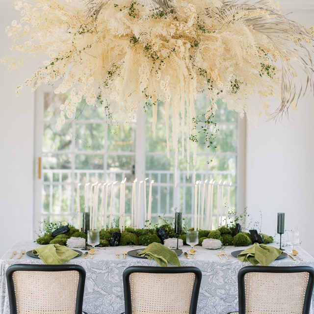 Magical #modernboho vibes with our #edwardlinen in Grey and #velvetlinen napkins in Fern 🖤🌾💚🌾 Loving the touch of all those delicate, little candles 🕯️ From @victoriaannevents and @inblumela 📷 @sanazphotography  #latavolalinen #transformyourtable #bettertogetherbbjlt #bbjlt #thousandoaks #californiawedding #californiabride #bohowedding #bohovibes #bohobride #weddingdecor #driedflorals #floralchandelier #driedflowers #hangingflorals