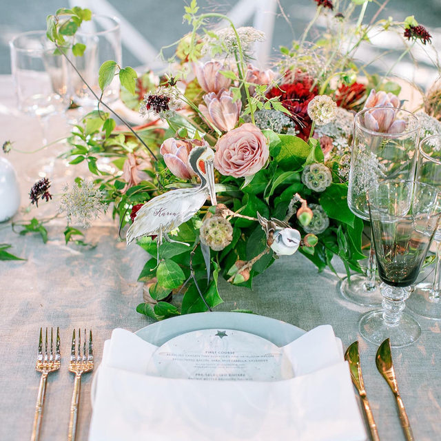 Lots of little treasures in this #tabletop - from the coastal bird inspired place cards, to the sand dollar shaped menus, to the little bird cut-outs in the flowers. All the little details add up to create something so special 😍😍😍 From @rydersloanevents and @flowercasitaevents with our #tuscanylinen in Natural with White napkins. 📷 @erinheartscourt @thedejaureguis featured on @martha_weddings  #latavolalinen #transformyourtable #bettertogetherbbjlt #bbjlt #napa #napavalley #itsallinthedetails #linen #naturallinen #weddingdetails #napawedding #beaulieugardenwedding #weddingtablescape #thedetailstellthestory