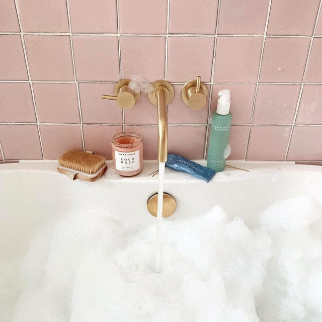 off the clock with @kate.lavie 🛁🌹✨ give your skin a little TLC while you unwind with the hydrating Coco Rose Body Polish from @herbivorebotanicals - get yours with link in bio