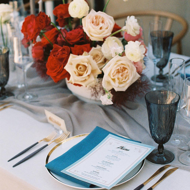 Oh man...are you tired of us saying how much we love a good pop of red flowers on a #tablescape? Too bad! Because it's so true 😍😍😍 The perfect color combination with our #tuscanylinen in White with #auroralinen Table Runner in Silver and Tuscany Turquoise napkins 💙 Planning @weddingsbysusandunne Florals @withlovefloralco Photography @jesworkman  #latavolalinen #transformyourtable #bettertogetherbbjlt #bbjlt #popofred #redroses #redandwhiteroses #tablerunner #longbeach #weddinginspo #weddinginspiration #california #microwedding #2020 #elopment #intimatewedding