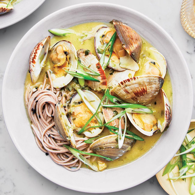 Easing into soup season with these brothy clams with soba, which have a buttery broth infused with ginger, garlic, miso, and sake. All of those elements bring out the natural savoriness of littleneck clams, which is another way of saying yes, you'll want a second helping. Click the link in our bio for @sohlae's recipe. 📷: @emmafishman 🍴: @susietheodorou