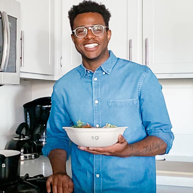 You might remember @chefkwameonwuachi from his #sghack — who else made those quick pickled onions + beets? Kwame is also an author, James Beard Award winner, and founding member of the Independent Restaurant Coalition (@indprestaurants). His cheffy custom showcases our new fave hack: double dressing, plus blackened chicken, chickpeas + cukes. Eat like Chef Kwame on the sg app + online.