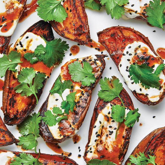 One of our favorite ways to create a meal is to start with the base and go from there. Enter: the sweet potato. Steam it or roast it, add a fat like yogurt or butter, raid your spice cabinet, sprinkle on some crunchy toppings–the possibilities are endless and will work no matter what kind of pantry you're working with. Click the link in our bio to see a few different ways we like to doctor up sweet potatoes. 📷: @laurashoots 🍴: @susietheodorou