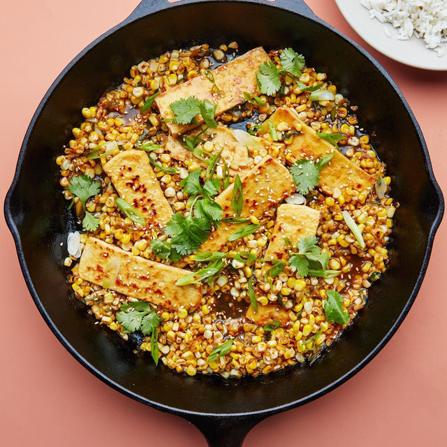 Corn season is almost over, so @healthy_ish has a new recipe to make the most of it: tofu with soy-butter corn. Corn and butter are a particularly common pair in Hokkaido, the northernmost island of Japan, where both are produced. Here they come together, along with pan-fried tofu, soy sauce, scallions, mirin, and sesame oil, to make an ultra-flavorful, just-rich-enough vegetarian main. Serve it over rice, a chewy grain like farro or wheat berries, or arugula dressed with rice vinegar and more sesame oil. Click the link in our bio for @sarahjampel's recipe. 📷: @emmafishman 🍴: @dbrownfoodstyle 🥣: @meilenceramics