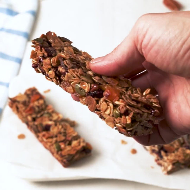 Homemade granola bars will make you swear off the packaged ones for good. Full recipe in bio. 🔎Homemade Granola Bars 🎥/🍴@laurarege