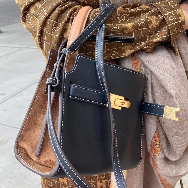 Repost @marinarust Love how the two (or three) tone bag goes w/everything. Lee Radziwill Petite Double Bag. Thank you and I have to agree, my go-to handbag. 🧡 #toryburchbags #toryburch