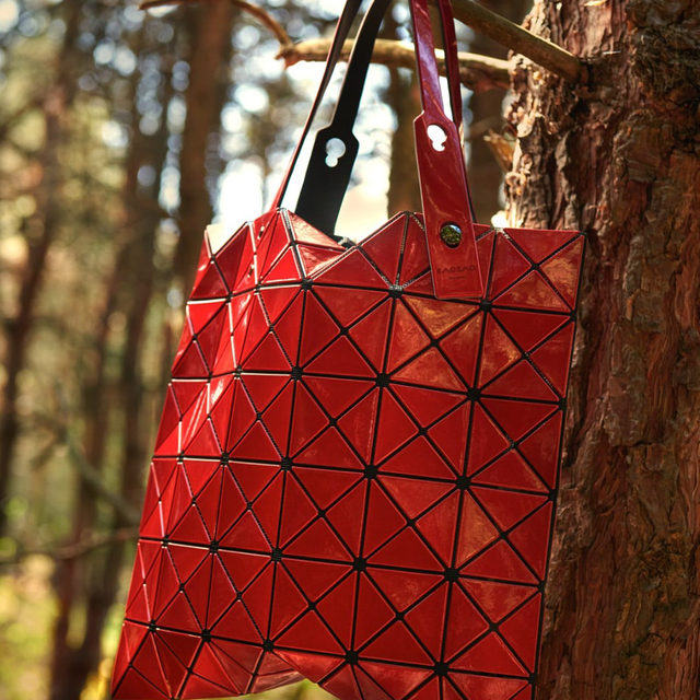 GEO PLAY 🔻Sculptural yet practical, @baobaoisseymiyake_official totes come in handy for, well, everything.