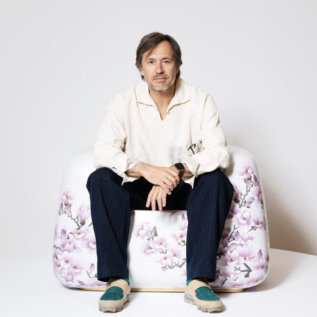 """What I wanted to do is be able to have things that don't exist."" ーMarc Newson  Happy birthday to Marc Newson, born on this day, October 20, in Sydney.  Newson's experimental and exacted designs touch every field, spanning from footwear and watches to aircraft interiors, glass and enamel furniture, surfboards, and swords. Trained as an industrial designer, silversmith, and watchmaker, Newson's concepts transcend an object's function into technically-precise and aesthetically-seamless original works of art. Follow the link in our bio to watch an interview with the artist about the technical process behind his designs. __________ #MarcNewson #Gagosian @marcnewsonofficial Marc Newson. Photo: Affa Chan/Hong Kong Tatler"