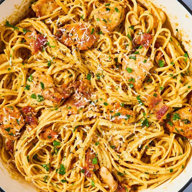 This creamy Chicken Carbonara is absolute dinner GOALS 😋 Full recipe in bio. 🔎Best-Ever Chicken Carbonara 📷Beatriz da Costa 🍴@lindsayfun