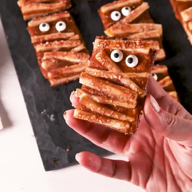 Don't be a DUMMY—make these for Halloween. Full recipe in bio. 🔎Pumpkin Mummy Cookies 🍴@laurarege