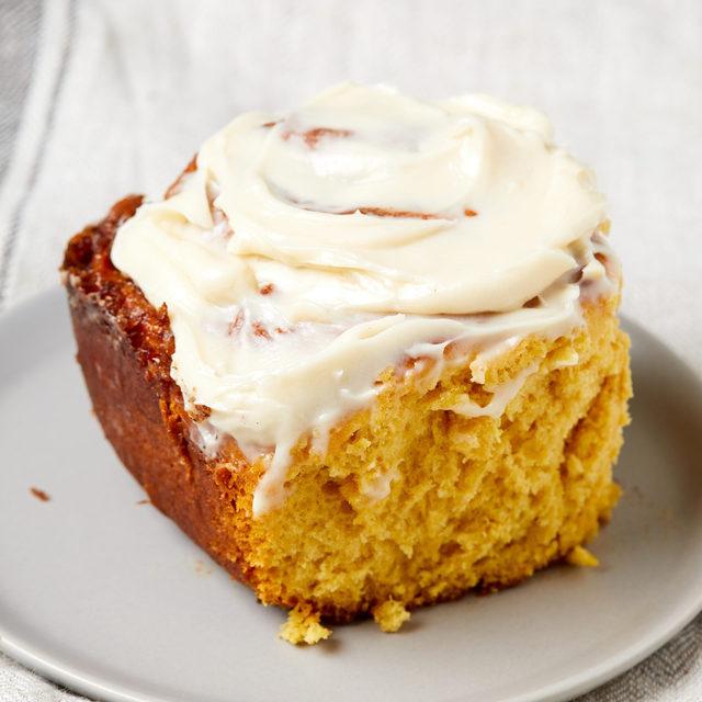 Pumpkin cinnamon rolls are PEAK fall coziness. Full recipe in bio. 🔎Pumpkin Cinnamon Rolls 📷@lucyschaeffer 🍴@makinze
