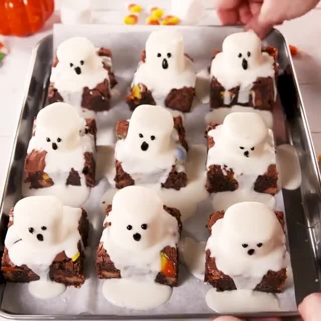 SCARY GOOD 👻 Full recipe in bio. 🔎Ghost Marshmallow Brownies 🎥@alexrapine 🍴@laurarege