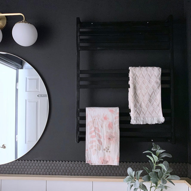 Monica of @house.of.esperanza created this beautiful DIY modern towel rack that you can recreate for your bathroom! Head to the link in our bio for her entire step-by-step DIY tutorial.