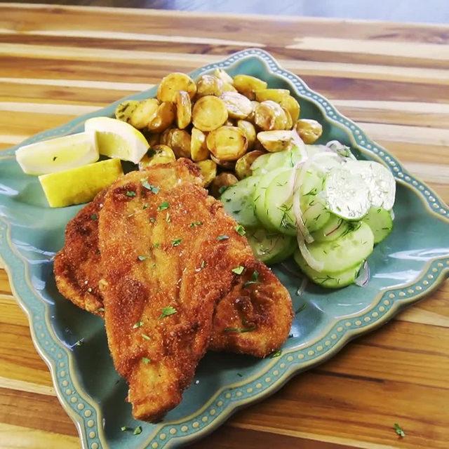 Say hello to the CRISPIEST chicken schnitzel you'll ever see 😍 Full recipe in bio. 🔎Chicken Schnitzel 🎥/🍴@thisjustin_case