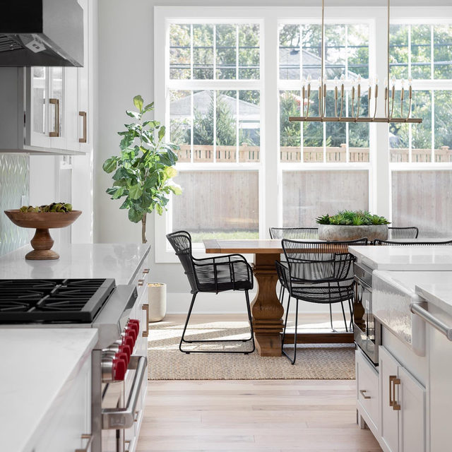 We love this seamless transition from kitchen to breakfast nook. (submitted by @buildwith5th, 📷 by @pictureperfecthouse)