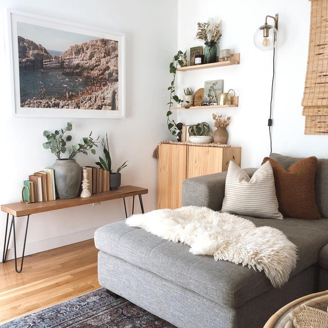 When we think of living room lighting, we tend to think of floor lamps. But chic wall-mounted lamps are also a great, and sometimes more budget-friendly, option! (📷 submitted by @indie.boho.nest)