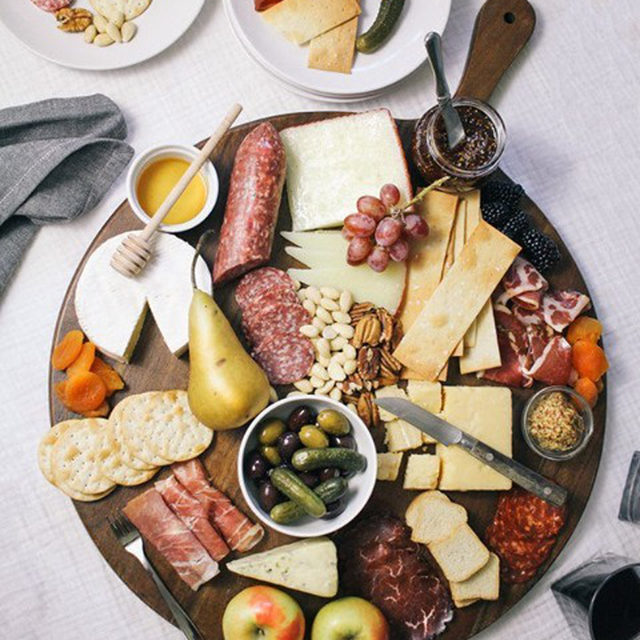 Spending Thanksgiving at home or with less people than usual doesn't mean you have to skimp on your snacks! Head to the link in our bio to create this delicious DIY charcuterie board. (📷:@trishasprouse)