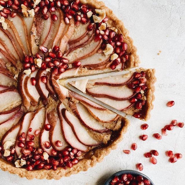 A work of tart 🥧 (AKA a gorgeous brown butter pear tart by @katie_clova)
