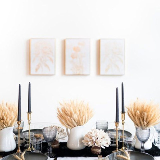 Even if you're doing a two-person or solo Thanksgiving this year, that doesn't mean you can't decorate! Head to the link in our bio for 9 simple Thanksgiving decorations that you can easily put together. (📷:@neelaminteriors)