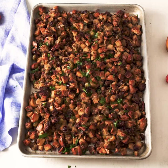 Never making stuffing any other way again. Full recipe in bio. 🔎Sheet Pan Stuffing 🎥/🍴@laurarege