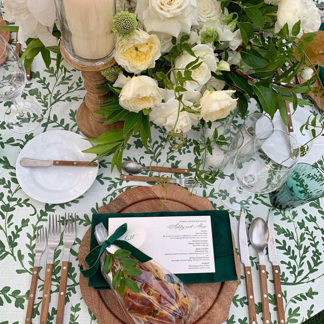 Classic wedding vibes with our #dylanlinen in Fern 🌿🤍 Such a beautiful #microwedding from @lisagorjestani and @marksgarden @nancy_kaye 📷 via @lisagorjestani  #latavolalinen #transformyourtable #bbjlt #bettertogether #green #greenwedding #greenandwhite #belair #belairwedding #californiawedding #gardenwedding #outdoorwedding #weddingdetails #tablescape