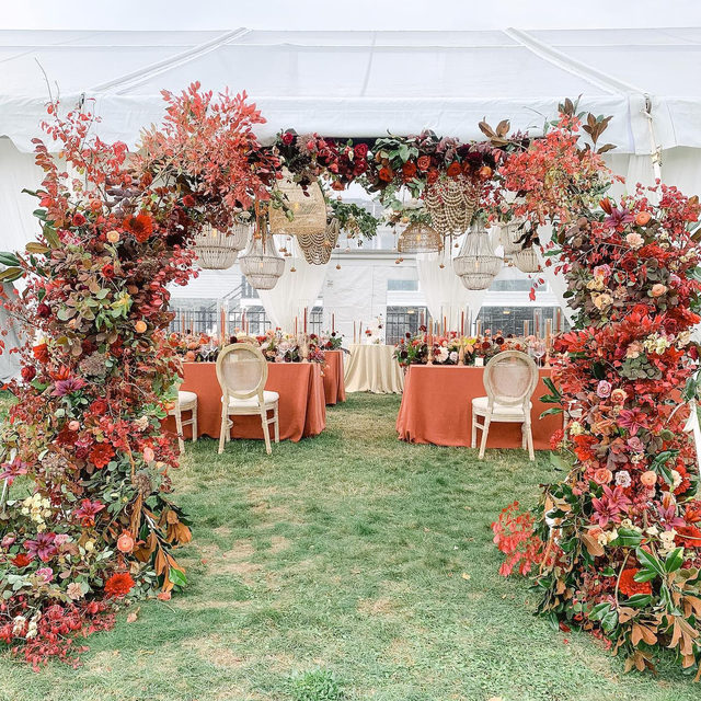 Now this is what we call making an entrance! ✨🍂🍁 @alwaysyoursevents and @fleurevent making magic with our #tuscanylinen in Spice at the breathtaking #wedding  📷 @henryandmac   #latavolalinen #transformyourtable #bbjlt #bettertogetherbbjlt #linen #naturallinen #linenlife #linentablecloth #fallcolors #orangeandred #outdoorwedding #tentwedding #boston #bostonwedding #livecolorfully #colorfulwedding #massachusettswedding