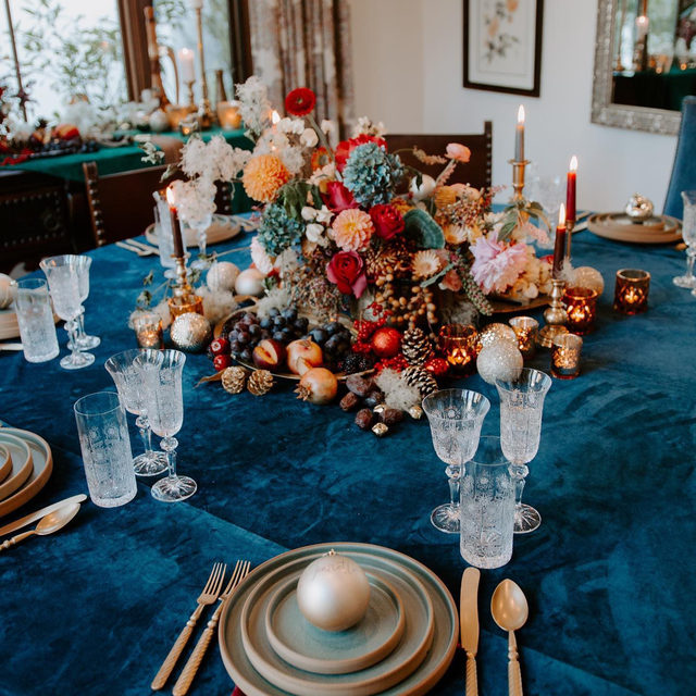 We are really inspired by all these colorful holiday looks we are seeing! Loving this #bluevelvet set up from @featheredarrowevents and @inessanicholsdesign ✨🍇🎆 A beautiful combination of our #velvetlinen in Navy with Pinot napkins!   #latavolalinen #transformyourtable #bbjlt #bettertogetherbbjlt #velvet #holidaydecor #colorfulchristmas #livecolorfully #bluechristmas #hermosabeach #hermosabeachchristmas