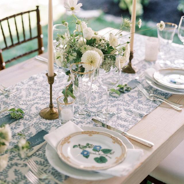 Timeless and elegant with our #luisalinen in Navy 🤍🌿💙 🌿 Lovely #weddingtable from @auburnandivorycreative with delicate florals 📷 @thesimmonsphotography  #latavolalinen #transformyourtable #latavola2020ss #somethingblue #blueandwhite #floraldetails #floralpattern #bbjlt #bettertogetherbbjlt #tablerunner #woodtable #outdoorwedding #microwedding #ohiowedding #bexleyohio