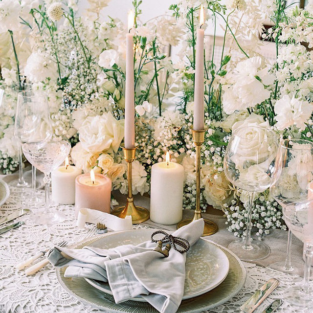 Like freshly fallen snow ❄️ Such a stunning set up from our Jubilation Collection Look Book featuring our #venicelacelinen in White with #velvetlinen in Bone, #auroralinen Table Runner in Sand and bbjlinen Billow Gold Charger. From avecmoieventsanddesign and isnt_she_lovely_florals 📷 kaitybrawley  #latavolalinen #transformyourtable #bbjlt #bettertogetherbbjlt #whitechristmas #holidaytable #winterwedding #whitewedding #lace #onthetable #weddinginspo #dreamwedding #soloverly #florida #naplesflorida