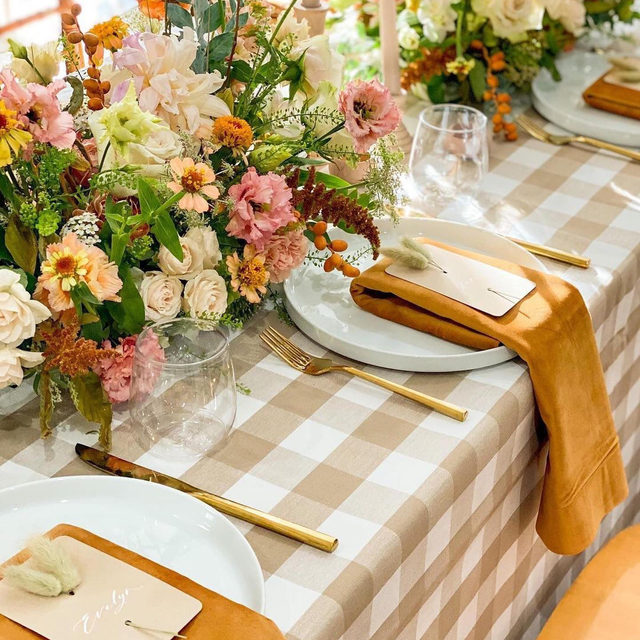 Just loving this colorful design with our #lymechecklinen in Taupe and #velvetlinen napkins in Tamarind 🍂🌾🤍From @janetpae and @theflowerbyyoori 😍So gorgeous!   #latavolalinen #transformyourtable #checkpattern #chekerprint #velvetnapkins #brightcolors #livecolorfully #fallcolors #fallwedding #tablescape #weddinginspo #colorfulwedding #microwedding #losangeles