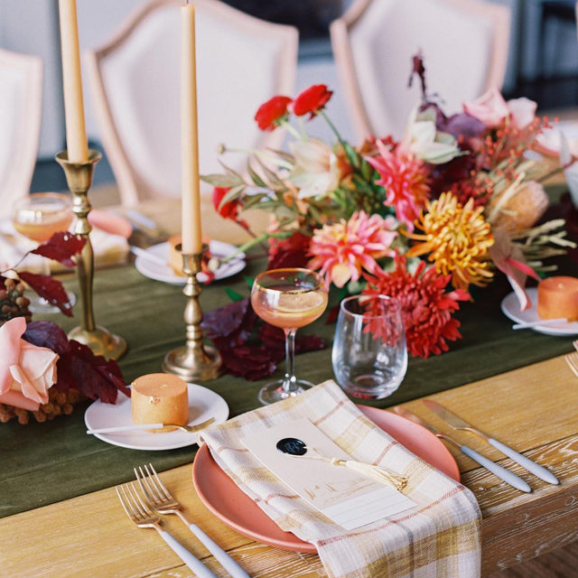 'Twas the night before Christmas, when all through the house, there was velvet and plaid and flowers about 😉Not your traditional holiday trappings, but lookin' so fresh and festive all the same ✨Lovely #tabletop from @adrianamevents and @victoriaclausenflorals with our #velvetlinen table runner in Fern and #voyagerlinen napkins in Taffy 📷@perryvaile  #latavolalinen #transformyourtable #bbjlt #bettertogetherbbjlt #tablerunner #velvettablerunner #plaid #plaidnapkin #livecolorfully #brightcolors #colorfulchristmas #holidaydecor #holidaytable #monktonmd #maryland