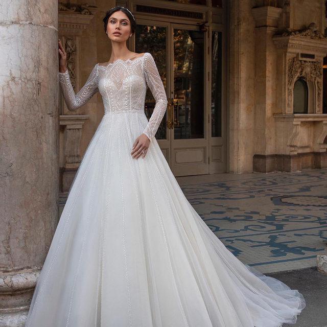 An unique scalloped neckline render this exceptional wedding gown with a modern regal touch. Meet Dietrich on the link in bio. #PronoviasPrivée #Pronovias2021 #Pronovias