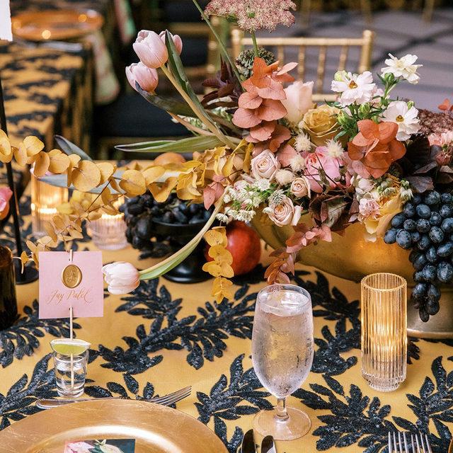 Pure magic 🔸🖤🔸 Blown away by this stunning #tabletop with our #mariahlinen in Black and #nuovolinen in Gold from @ashtontaylorinteriors @ginaspeegleinteriors @taraskinnerevents and @augustdesign 🤩Photo @kylejohnphoto   #latavolalinen #transformyourtable #llivecolorfully #brightcolors #colorfulwedding #fruitonthetable #fallcolors #goldenhour #orangeandblack #goldandblack #colorstory #savannah #georgia #georgiawedding