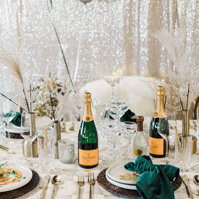 So ready to ring in the new year 🍾 We may have grown and learned a lot, but we are so excited to see the end of this year. Bye 2020! 👋Cheers to us all for making it through, and to a brighter year ahead 🥂Festive set up with our #freyalinen in Goldrod and #velvetlinen napkins in Evergreen from @montanapartyrentals @justatastebozeman @paperandgrace  #latavolalinen #transformyourtable #goldandgreen #mixedmetals #nye #newyearsparty #champagne #cheers #veuveclicquot #ringinthemagic #ringinthenewyear #bozeman #montanaparty