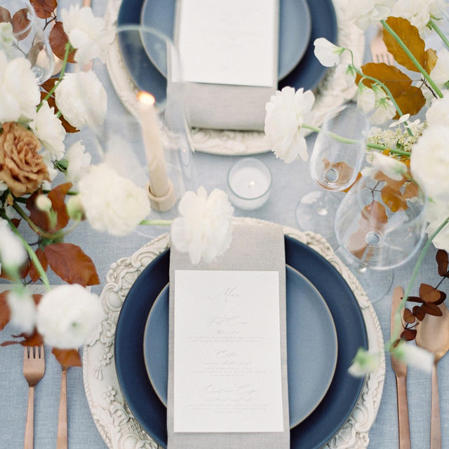 Cool blues, grey and a hint of rust 🌑🌪🌫🍂 GORGEOUS #tablesetting with our #lukelinen in Smoke with #tuscanylinen napkins in Natural from @ericaestradadesign and @anastasiaandenmatten 📷 @seanthomasphoto  #latavolalinen #transformyourtable #bbjlt #bettertogetherbbjlt #latavola2020ss #greyandblue #blueandrust #onthetable #colorstory #weddingcolors #weddingtable #redwoodcity #filoligardens #woodside