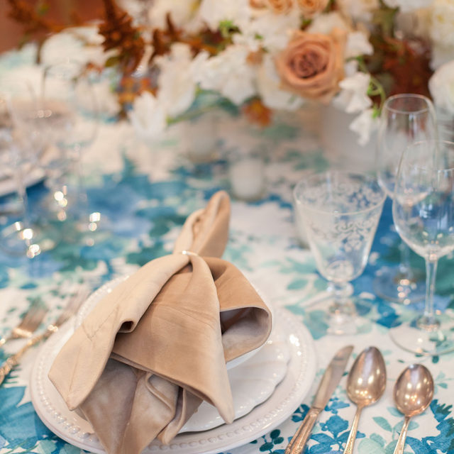 Loving this color combo with our #olivialinen in Blue and #velvetlinen napkins in Beige topped with gorgeous florals from @violetsofthevalley 🥏👕🤍👡🍂Photography @juliekaykellyphoto With @elainebellcatering @riondesigns @giggleandriot  #latavolalinen #transformyourtable #bbjlt #bettertogetherbbjlt #colorstory #colorcombo #blueandrust #blueandbeige #somethingblue #winterwedding #velvetnapkin #floralprint #napa #napawedding #destinationwedding