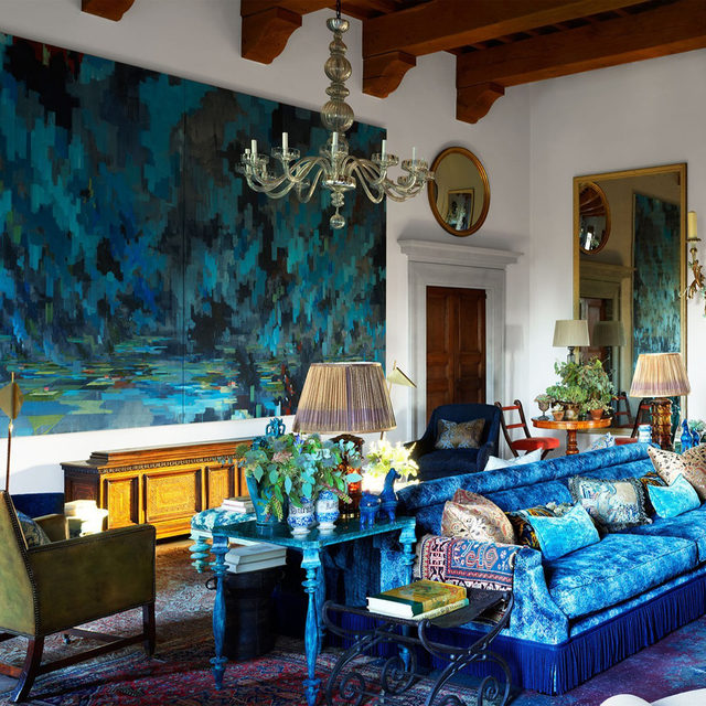 For designer @hubertzandberginteriors, the most challenging space in this Tuscan villa was the grand salon; an enormous beamed expanse with 16-foot ceilings. Now, the room has a Venetian aura, awash in blues and greens, effortlessly incorporating centuries-old furnishings with the contemporary art the homeowners collect. In the grand salon, the sofas in a Mulberry velvet and bronze side tables are all custom. The white armchairs are covered in a @delecuona fabric, the chandeliers are @original_murano_glass glass, and the artwork is by David Schnell. Click the link in bio for the full tour as seen in our Jan/Feb 2021 issue. Written by Nancy Hass, produced by @cynthiaefrank, photography by @simonuptonphotos.